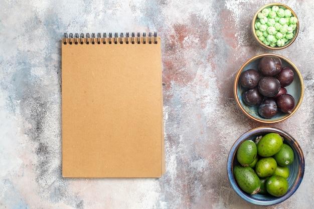 Draufsicht frische früchte mit notizblock Kostenlose Fotos
