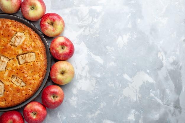 Draufsicht frische rote äpfel, die kreis mit apfelkuchen auf hellem hintergrundfruchtfrisch ausgereiftem reifem vitamin bilden Kostenlose Fotos