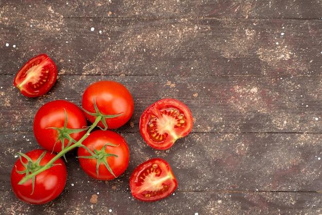 Draufsicht frische rote tomaten reif und ganz auf braun Kostenlose Fotos