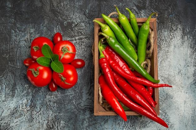 Draufsicht frische tomaten mit würzigem pfeffer Kostenlose Fotos
