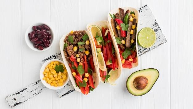 Draufsicht frische tortillas mit gemüse und fleisch Kostenlose Fotos