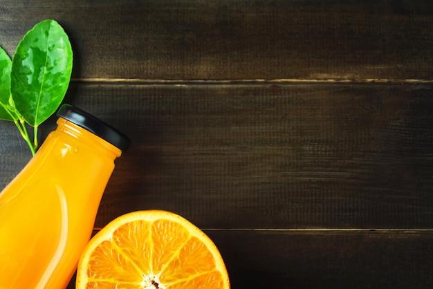 Draufsicht frischer orangensaft und scheibenfrüchte auf holztisch mit kopienraum Premium Fotos