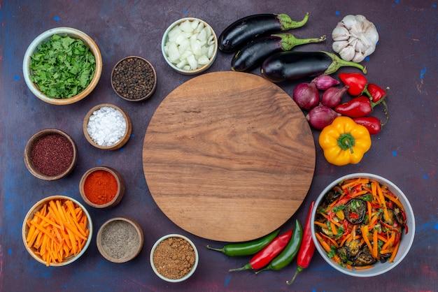 Draufsicht frisches gemüse mit salat und gewürzen auf dem dunklen schreibtisch salat essen mahlzeit gemüsesnack Kostenlose Fotos