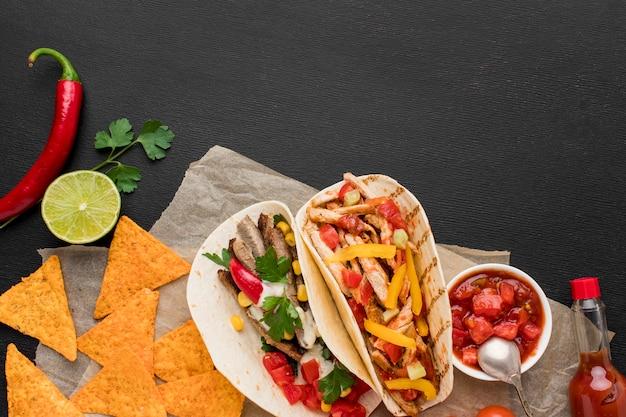 Draufsicht frisches mexikanisches essen mit nachos Kostenlose Fotos
