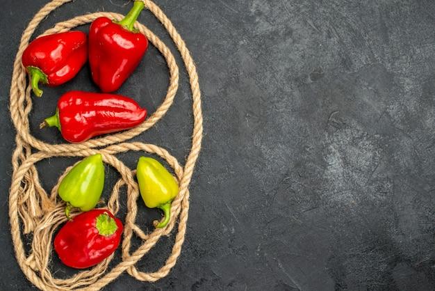 Draufsicht frisches würziges gemüse mit paprika Kostenlose Fotos