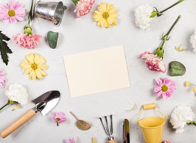 Draufsicht gartengeräte und pflanzen mit leerem papier Kostenlose Fotos