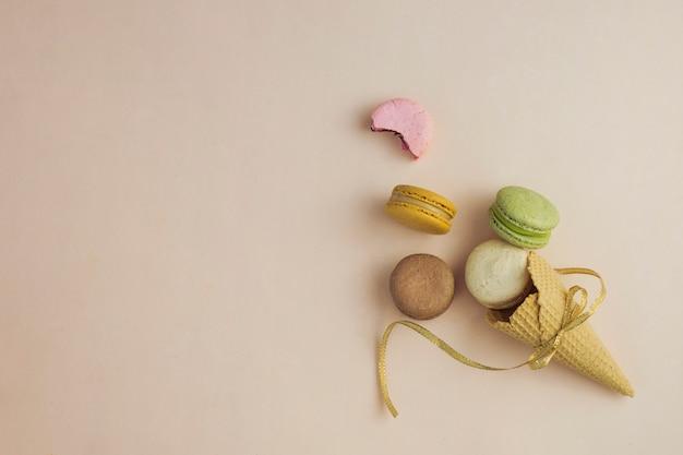 Draufsicht gebundene eistüte mit macarons Kostenlose Fotos
