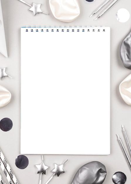 Draufsicht geburtstagsschmuck mit notizbuch Kostenlose Fotos