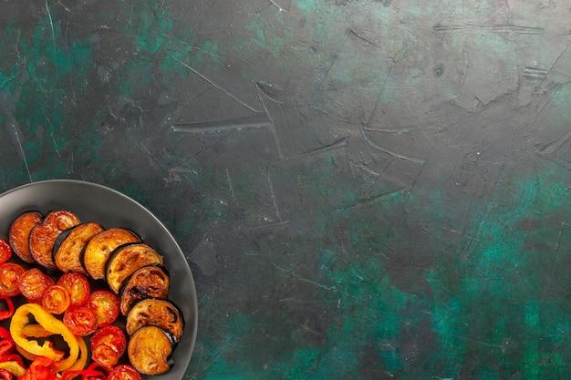 Draufsicht gekochte paprika mit auberginen auf der dunkelgrünen oberfläche Kostenlose Fotos