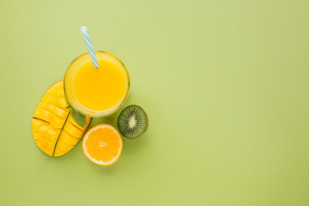 Draufsicht gelber smoothie mit kopienraum Kostenlose Fotos