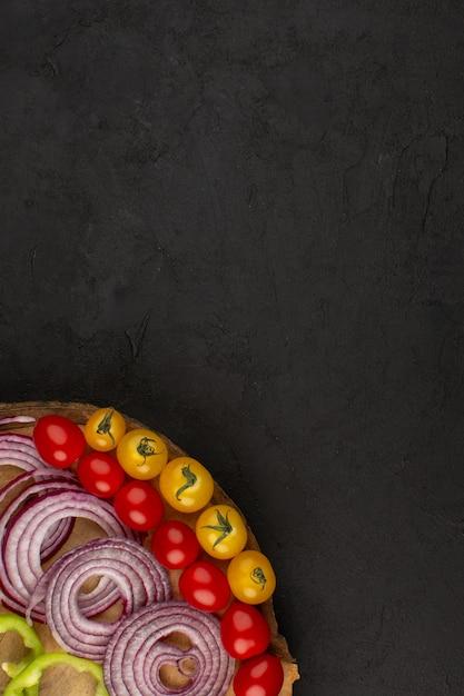 Draufsicht gemüse wie zwiebeln tomaten auf dem dunklen boden Kostenlose Fotos