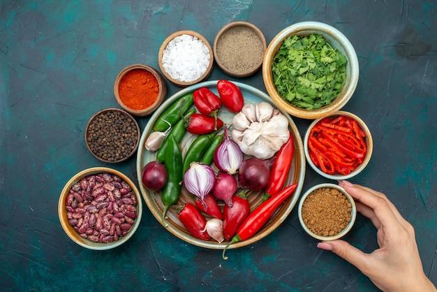 Draufsicht gemüsekomposition zwiebeln knoblauch grüns und paprika auf dunklem schreibtisch gemüselebensmittel mahlzeit salat farbfoto Kostenlose Fotos