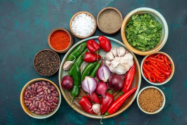 Draufsicht gemüsekomposition zwiebeln knoblauchgrün und paprika auf dem dunklen schreibtisch gemüselebensmittel mahlzeit salat farbfoto Kostenlose Fotos