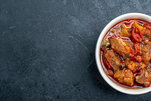 Draufsicht gemüsesuppe mit fleisch innerhalb platte auf dunkelgrau Kostenlose Fotos