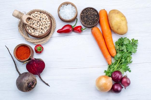 Draufsicht gemüsezusammensetzung mit frischem gemüse grün rohen bohnen karotten und kartoffeln auf dem leichten schreibtisch essen mahlzeit gemüsesalat Kostenlose Fotos
