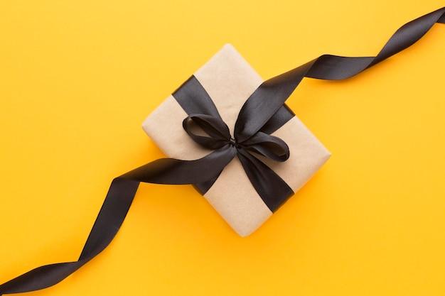 Draufsicht-geschenkbox mit schwarzem band Kostenlose Fotos