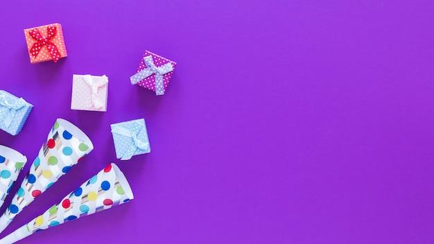 Draufsicht-geschenkboxen auf lila hintergrund Kostenlose Fotos