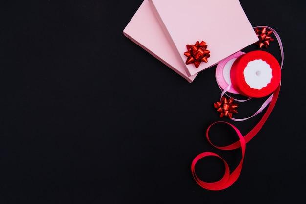 Draufsicht geschenkpapier und farbband daneben Premium Fotos