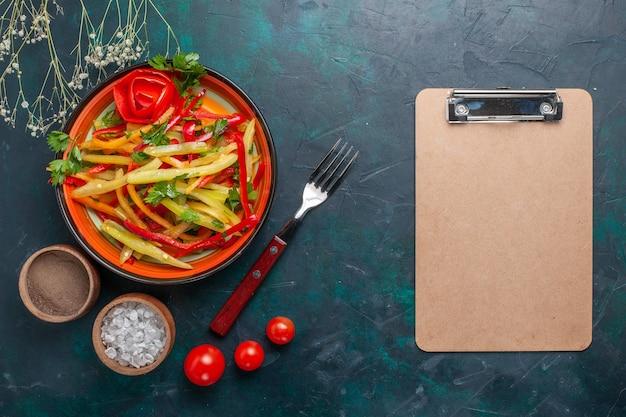 Draufsicht geschnittener paprika leckerer gesunder salat mit gewürzen und notizblock auf dunklem hintergrund Kostenlose Fotos