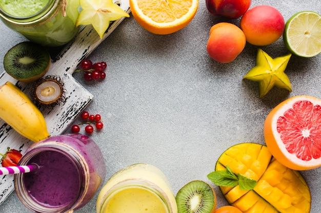 Draufsicht gesunder frucht smoothiesrahmen Kostenlose Fotos