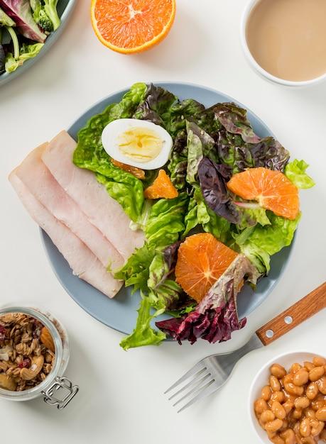 Draufsicht gesundes frühstück mit salat und schinken Kostenlose Fotos