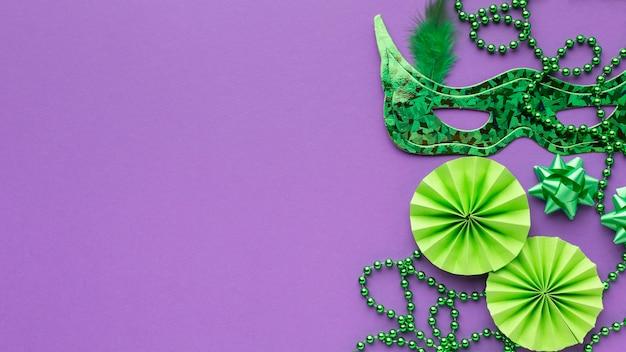 Draufsicht grüne maske und perlen kopieren raum Kostenlose Fotos