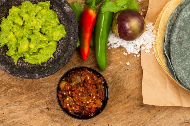 Draufsicht guacamole und salsa für tortilla Kostenlose Fotos