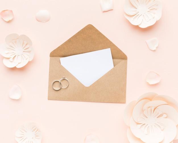 Draufsicht-hochzeitseinladung mit verlobungsringen Kostenlose Fotos