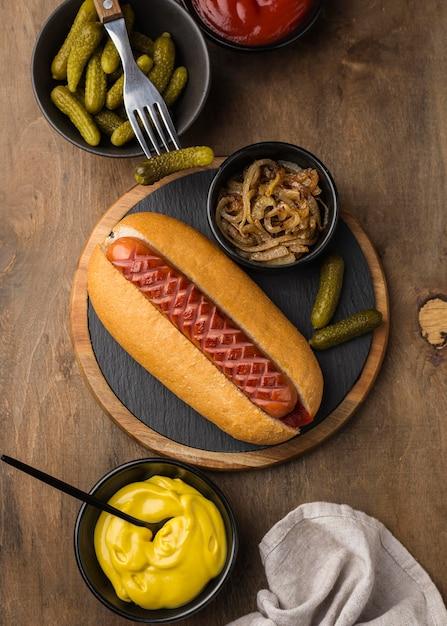 Draufsicht hot dog mit soße und zwiebel Premium Fotos