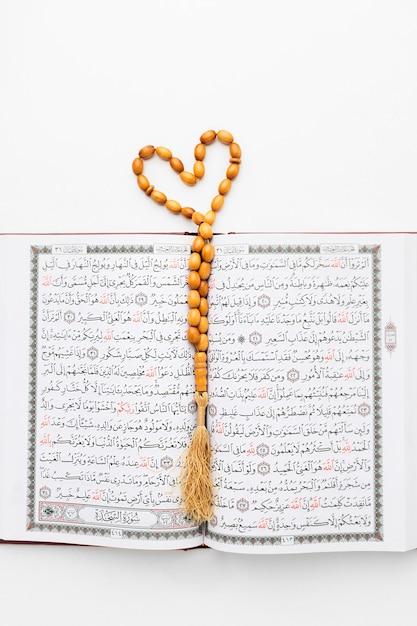 Draufsicht islamisches koranbuch mit misbaha Kostenlose Fotos