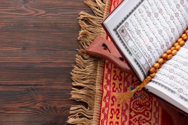 Draufsicht islamisches koranbuch Premium Fotos
