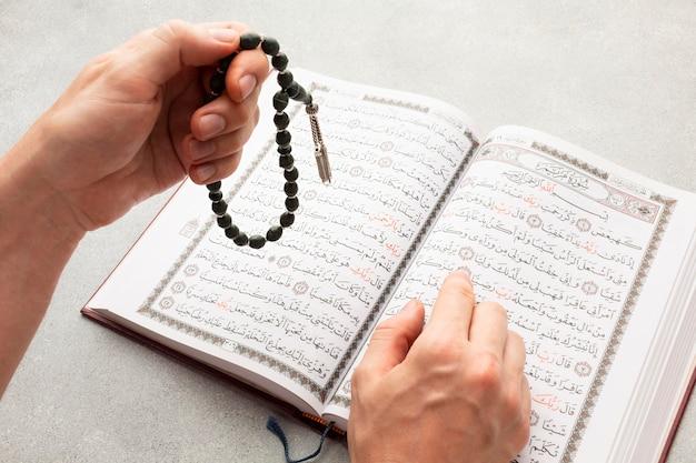 Draufsicht islamisches neues jahr mit koranbuch Premium Fotos
