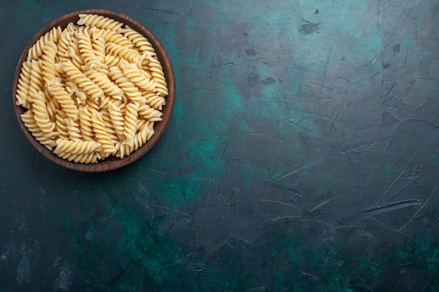 Draufsicht italienische nudeln köstlich schauen in braunem topf auf dunkelblauem schreibtisch italienische nudeln essen mahlzeit abendessen kochen küchenteig Kostenlose Fotos