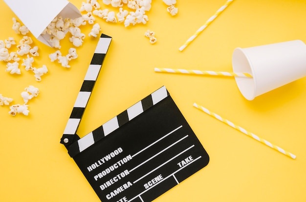 Draufsicht kinoklappe mit popcorn Kostenlose Fotos