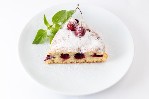 Draufsicht kirschkuchenscheibe köstlich und lecker innerhalb weißer platte auf dem weißen hintergrundkuchenkeks süßer teig backen Kostenlose Fotos