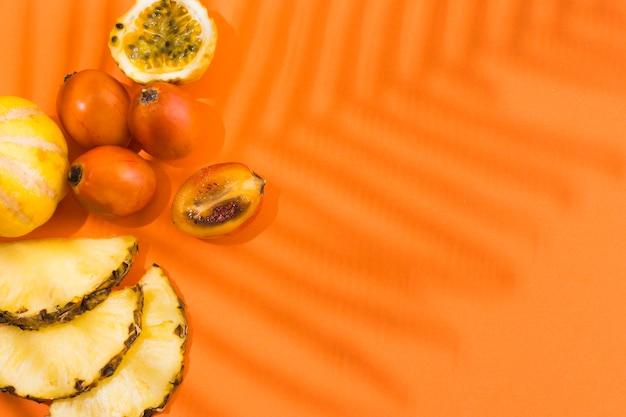 Draufsicht köstliche ananas mit kopierraum Kostenlose Fotos