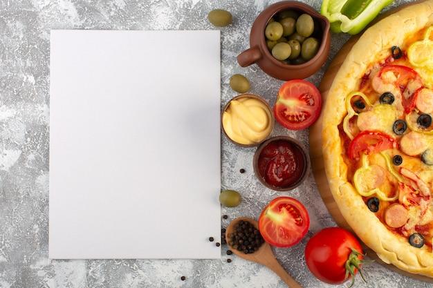 Draufsicht köstliche käsige pizza mit olivenwürsten und roten tomaten auf dem grauen hintergrund fast-food-italienisches teigmehl Kostenlose Fotos
