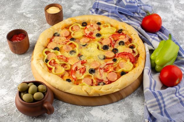Draufsicht köstliche käsige pizza mit olivenwürsten und tomaten auf dem grauen hintergrund fast-food-teig-food-mahlzeit Kostenlose Fotos
