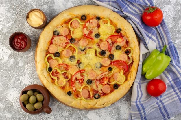 Draufsicht köstliche käsige pizza mit olivenwürsten und tomaten auf dem hellen hintergrund fast-food-italienisches teig-essen mahlzeit Kostenlose Fotos