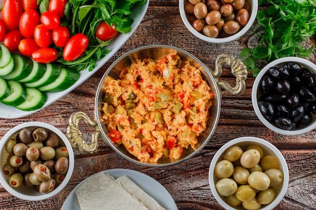 Draufsicht köstliche mahlzeit im topf mit salat, gurken in schalen auf holzoberfläche Kostenlose Fotos