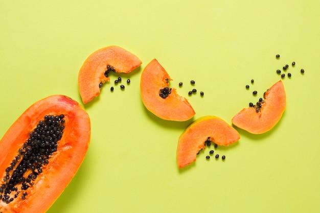 Draufsicht köstliche papaya auf dem tisch Kostenlose Fotos