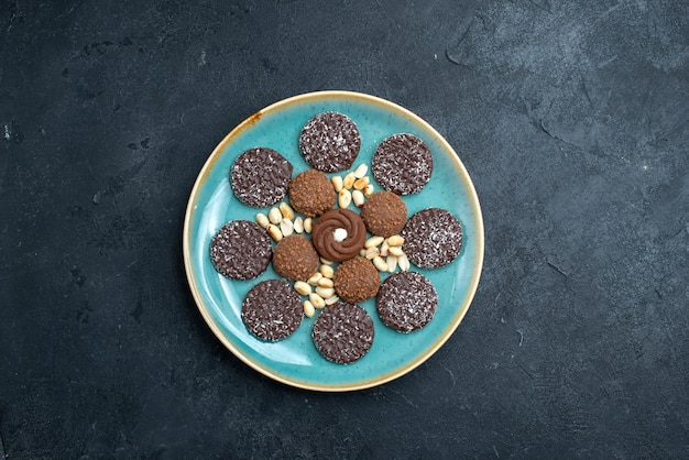 Draufsicht köstliche schokoladenkekse rund geformte innenplatte auf dunkelgrauem hintergrundkekszuckerkuchen süßer kuchen-tee-keks Kostenlose Fotos