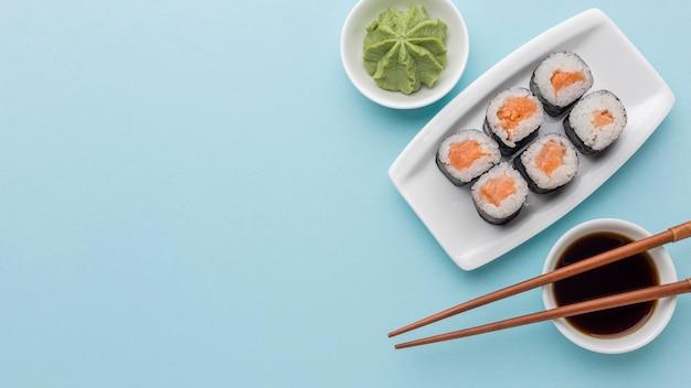 Draufsicht köstliche sushi-rollen mit wasabi und sojasauce Kostenlose Fotos