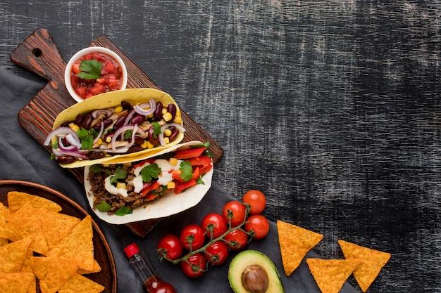 Draufsicht köstliche tacos mit gemüse und fleisch Premium Fotos