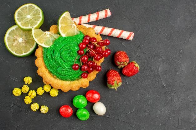 Draufsicht köstlicher cremiger kuchen mit früchten Kostenlose Fotos