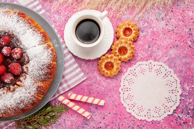 Draufsicht köstlicher erdbeerkuchenzucker pulverisiert mit keksen und tee auf dem hellrosa hintergrundkuchen süßer keksplätzchentee Kostenlose Fotos