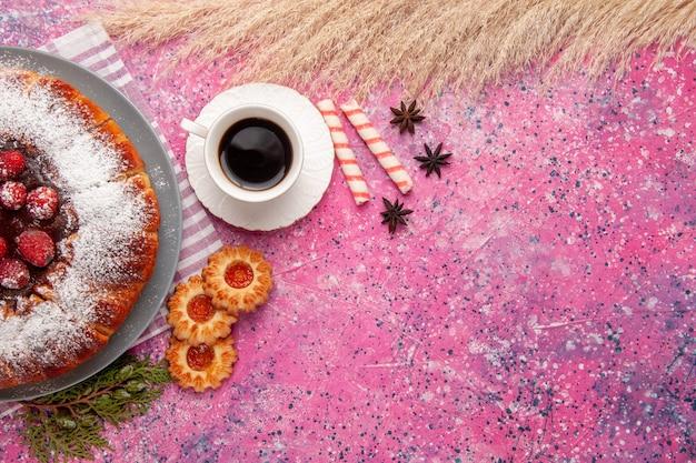 Draufsicht köstlicher erdbeerkuchenzucker pulverisiert mit keksen und tee auf hellrosa hintergrundkuchen süßer keksplätzchentee Kostenlose Fotos