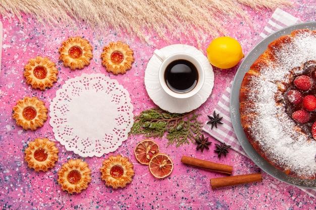 Draufsicht köstlicher erdbeerkuchenzucker pulverisiert mit keksen zitrone und tee auf dem rosa hintergrundkuchen süßer zuckerkeksplätzchentee Kostenlose Fotos