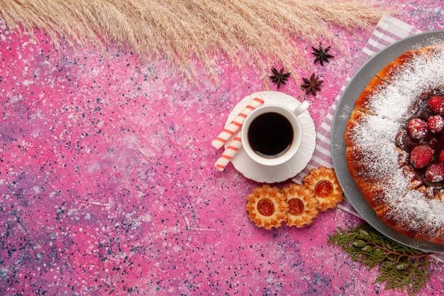 Draufsicht köstlicher erdbeerkuchenzucker pulverisiert mit tasse tee und keksen auf dem hellrosa hintergrundkuchen süßer keksplätzchentee Kostenlose Fotos