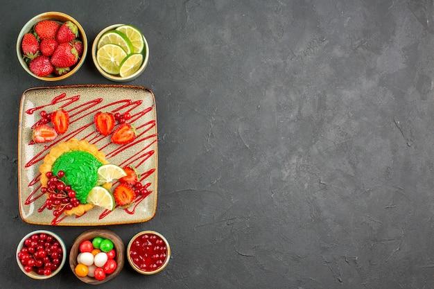 Draufsicht köstlicher kuchen mit süßigkeiten und früchten Kostenlose Fotos